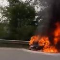 На трассе Кишинёв-Оргеев загорелся автомобиль: пламя полностью поглотило машину (ВИДЕО)