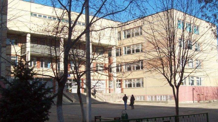 Вор-неудачник проник в здание столичной школы, а выбраться не смог