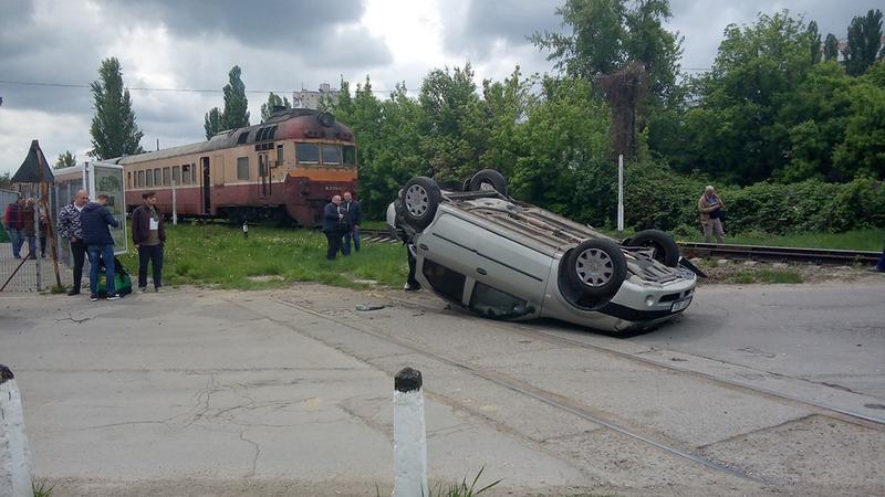 ДТП в столице: перевернулось легковое авто (ФОТО)