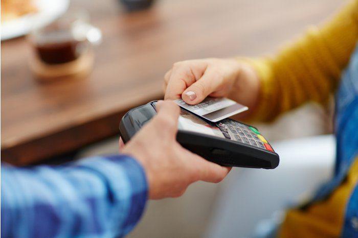 Всё больше граждан Молдовы оплачивают покупки посредством банковских карт