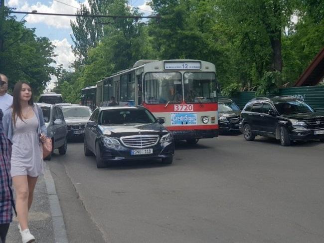 В центре столицы столкнулись троллейбус и Mercedes (ФОТО)