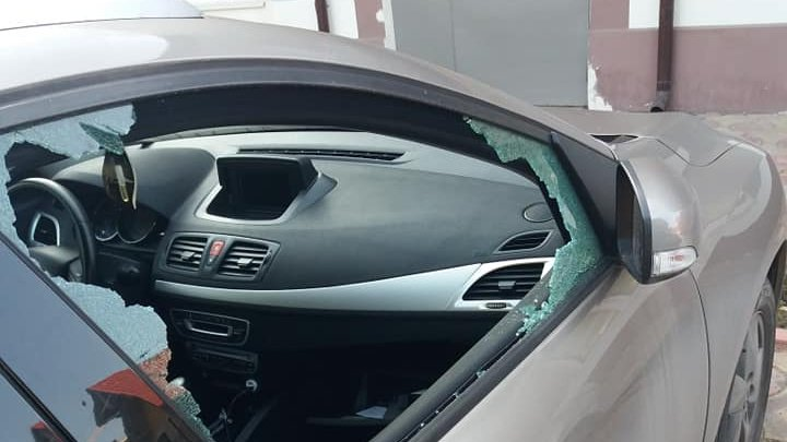 """""""Сюрприз"""" для водителей: в Дурлештах хулиганы разбили стёкла нескольких авто (ФОТО)"""