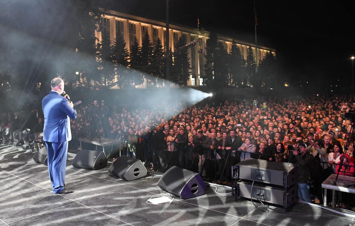 Десятки тысяч граждан приняли участие в грандиозном концерте по случаю Дня Победы (ФОТО)