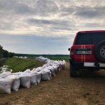 Семь с половиной тысяч мешков с песком дополнили дамбу в 3 километра в Крокмаз (ФОТО)