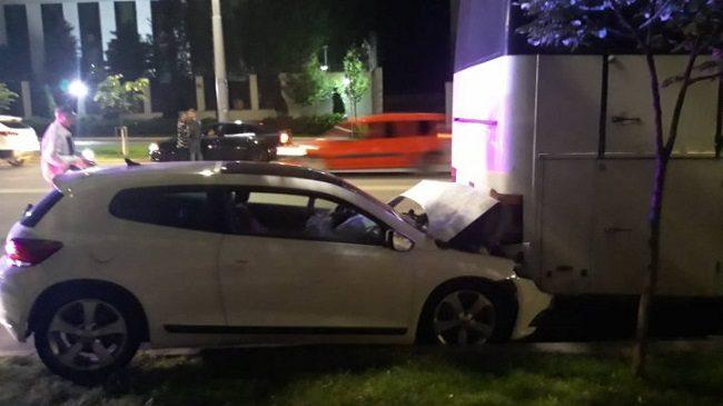 Авария в столице: автомобиль врезался в припаркованный автобус (ФОТО, ВИДЕО)