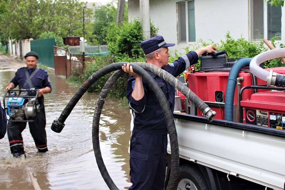 Последствия ливней: спасатели помогали откачивать воду из жилых домов (ФОТО)