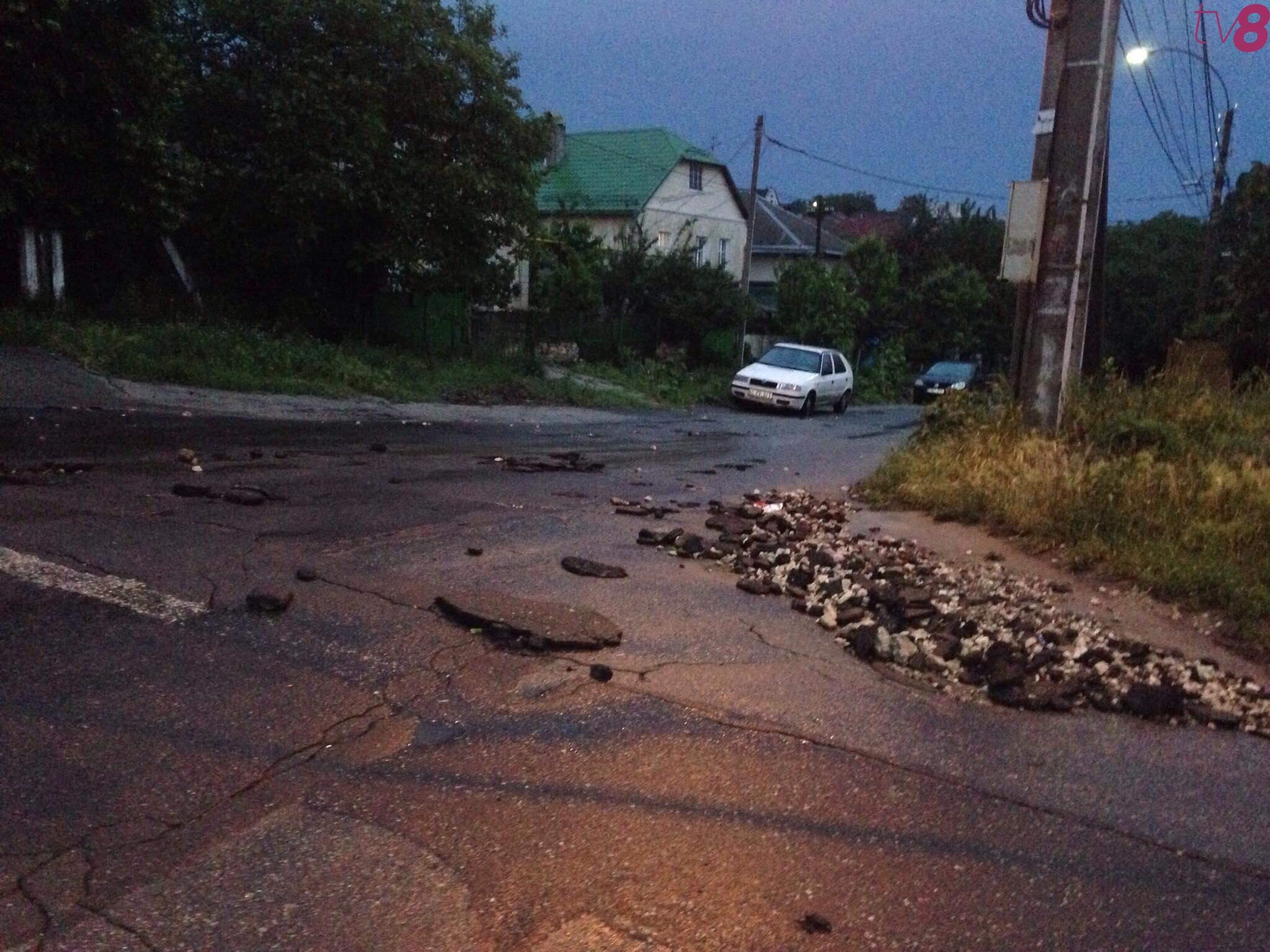 """""""Кратеры"""" на дороге: после вчерашнего ливня в столице появились новые ямы (ФОТО)"""