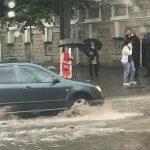 Столичные улицы превратились в реки: дорожное движение практически парализовано (ФОТО, ВИДЕО)