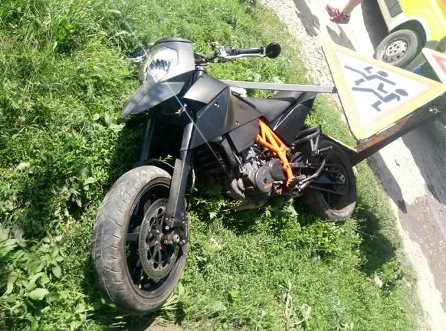 19-летний мотоциклист врезался в дорожный знак при попытке скрыться от патрульных (ФОТО)