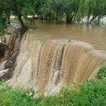 В Унгенском районе озеро вышло из берегов и затопило территорию: более 80 человек укрепляют дамбу (ФОТО, ВИДЕО)