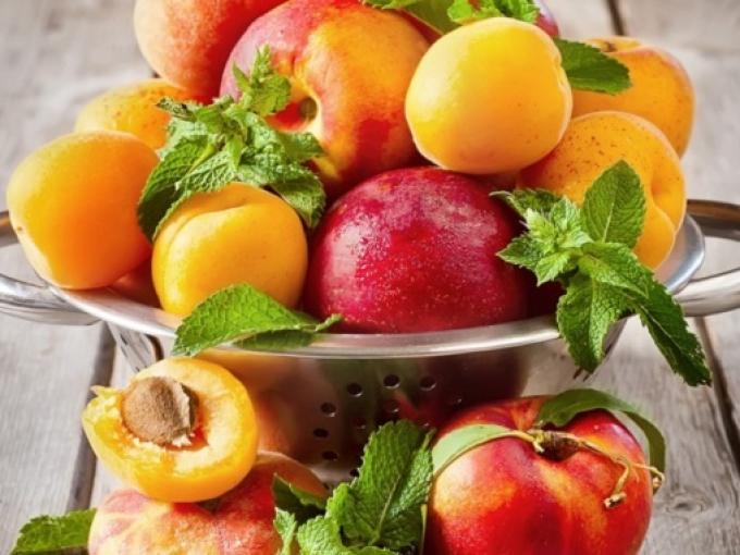 Первые абрикосы и персики на прилавках Кишинева: сколько они стоят (ФОТО)