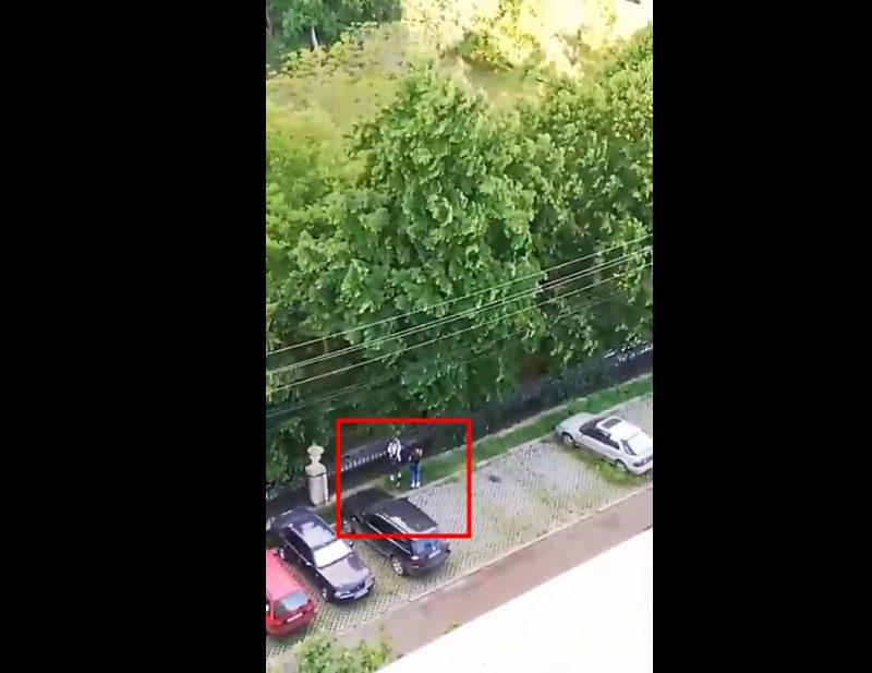 """Любовь к """"халяве"""": двое подростков попытались попасть в столичный парк через забор (ВИДЕО)"""