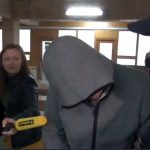 Подозреваемого в изнасиловании девушек и попытке убийства доставили в здание суда (ВИДЕО)
