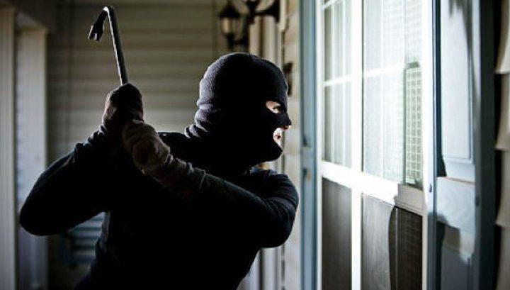 В Оргееве грабители в масках ворвались в дом женщины, связали её и ограбили