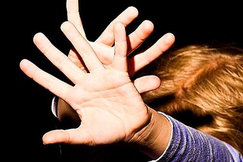 Нерадивая мать наказала сына за плохие оценки шнуром от телефона