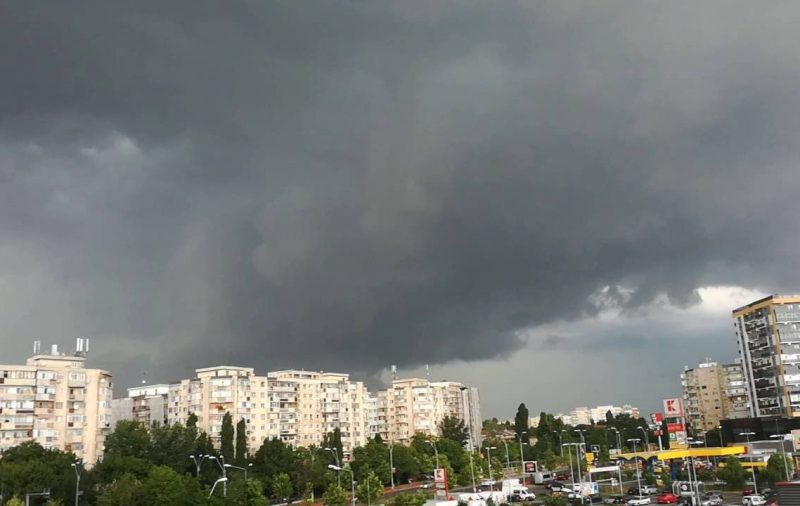 """Дожди и сильный ветер: метеорологи объявили """"жёлтый код"""" (ФОТО)"""