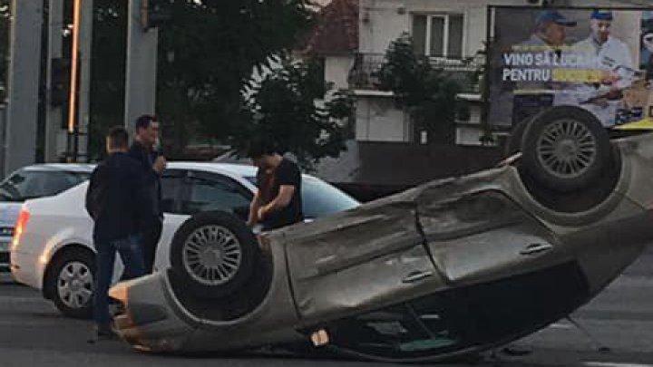 Утренняя авария в столице: автомобиль перевернулся после столкновения с машиной такси