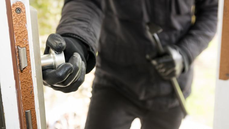 Дерзкое ограбление в Дрокии: воры опустошили сейф с деньгами и патронами