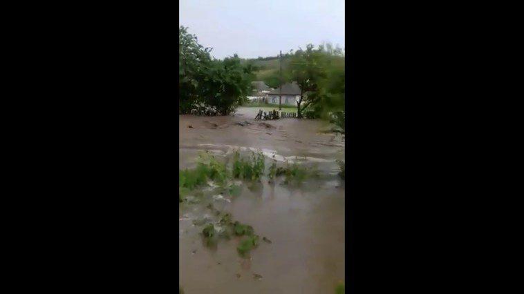 Последствия непогоды: в Кагуле на залитой водой дороге застряли грузовик и микроавтобус (ВИДЕО)