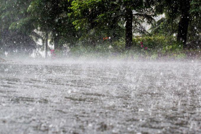 Затопленные поля и размытые дороги: дожди с градом нанесли ущерб в пяти районах страны