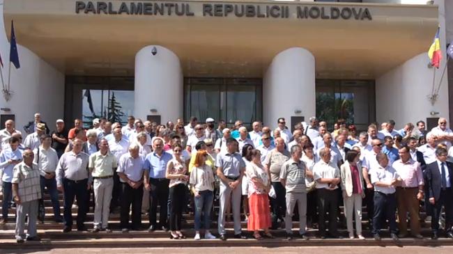 Десятки примаров съехались к парламенту, чтобы поддержать новую власть
