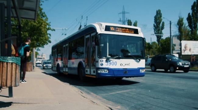 ЧП на дороге: троллейбус встал на обочине после того, как из-под его колеса повалил дым