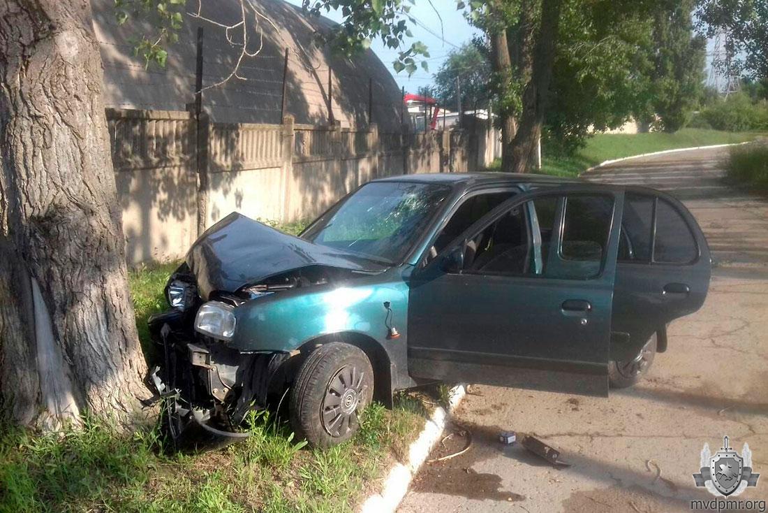 ДТП в Рыбнице: автоледи врезалась в дерево (ФОТО)