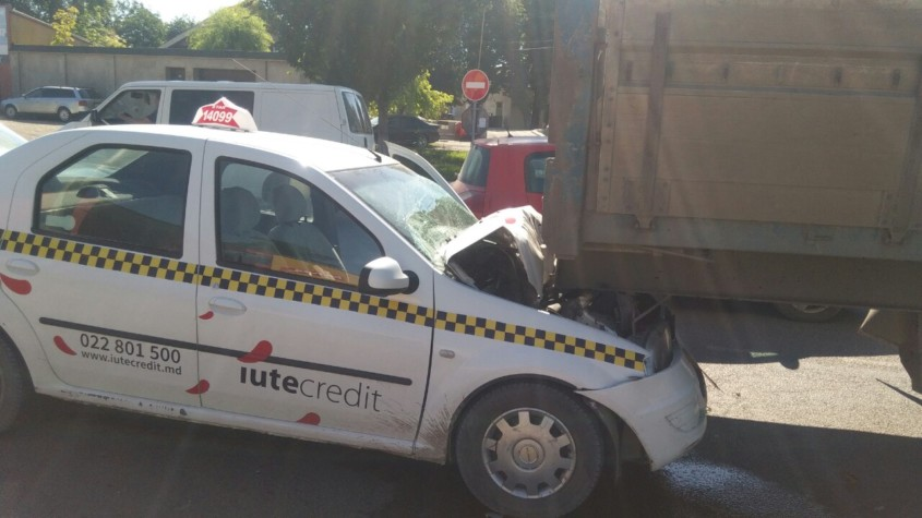 Серьёзное ДТП в Бельцах: невнимательный таксист врезался в грузовик (ФОТО)