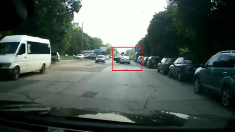 Дорожные разборки: в столице разъярённый водитель залез на капот обогнавшего его обидчика (ВИДЕО)