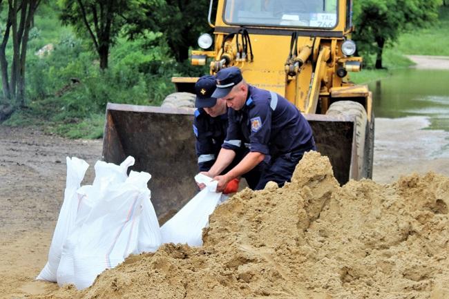 Сотрудники ГИЧС спасли от наводнения сотни домов и сельскохозяйственных земель