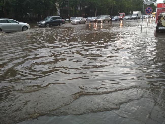 Дождь на улице, дождь в транспорте: столичный троллейбус затопило водой (ВИДЕО)