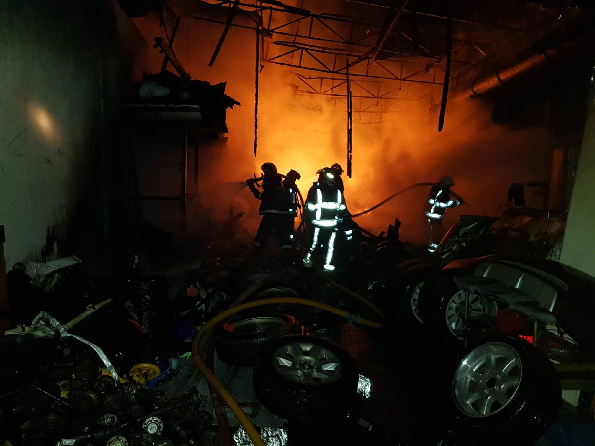 80 человек тушили минувшей ночью крупный пожар на складе в столице (ВИДЕО)