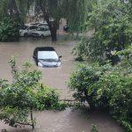 Дождевой апокалипсис обрушился на Кишинёв: дома затоплены, автомобили сносит водой (ФОТО, ВИДЕО)