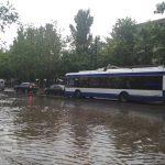 Ливень в Кишиневе: многие троллейбусы застряли в воде, а некоторые не доехали до пункта назначения