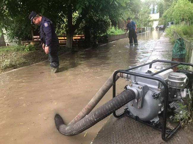 Ливень в Каушанах нанёс ощутимый ущерб: затоплены подвалы жилых домов, Дома культуры и Районного архива (ФОТО)