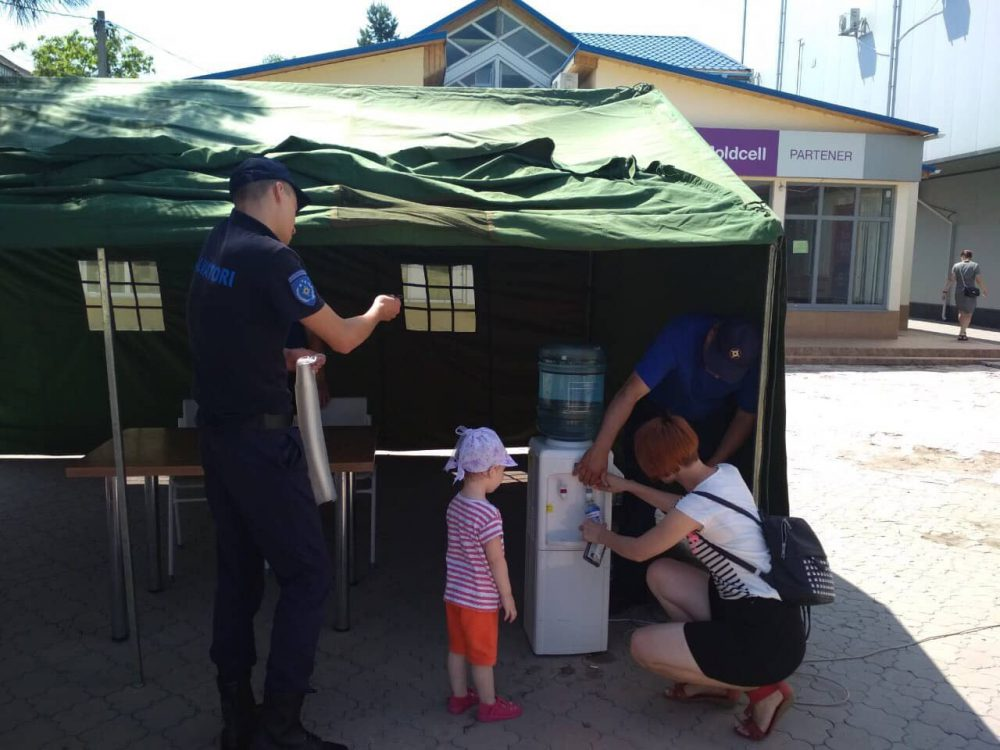 """За сутки более 2 000 человек обратились за помощью в палатки """"антижара"""" (ФОТО)"""