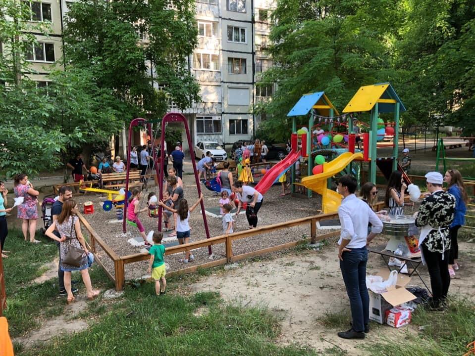 Стараниями социалистов в Кишиневе открыта еще одна новенькая детская площадка (ФОТО)