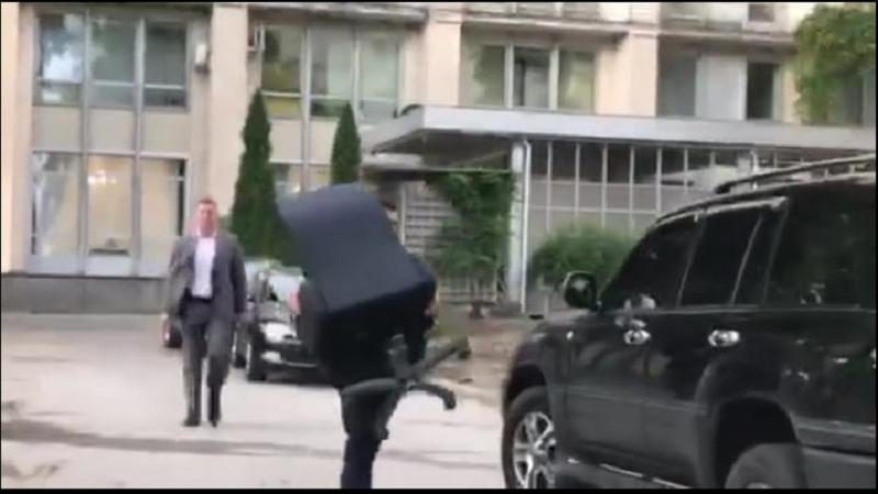 Фото дня: Министры покидают правительство, прихватив свои… стулья