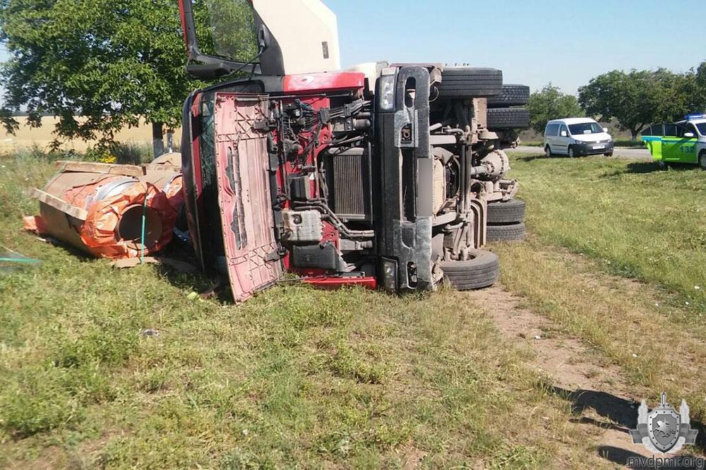 Авария в Григориопольском районе: грузовик слетел с трассы и опрокинулся (ФОТО)