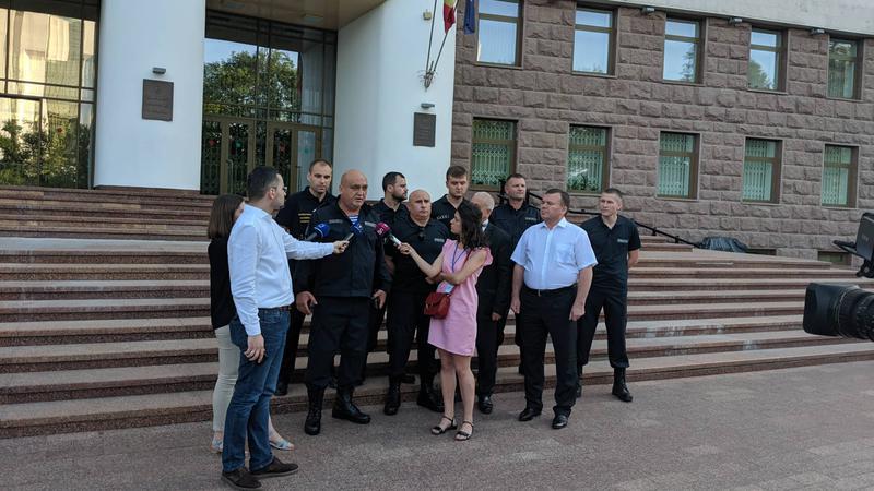 Лед тронулся: несколько полицейских решили перейти на сторону новой власти