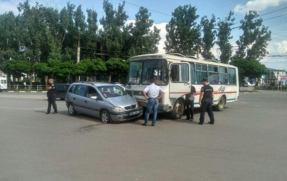 ДТП в Бельцах: минивэн не уступил дорогу рейсовому автобусу