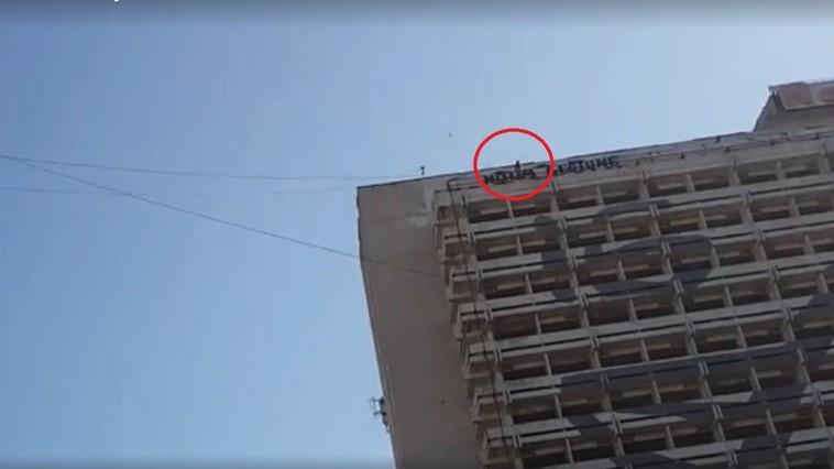 (ОБНОВЛЕНО) В столице женщина угрожает сброситься с крыши гостиницы