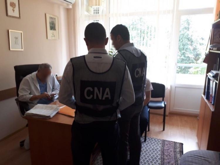 Брали взятки с пациентов: два врача столичной больницы задержаны (ФОТО)