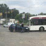 ДТП в Бельцах: дорогу не поделили троллейбус и легковушка (ФОТО)