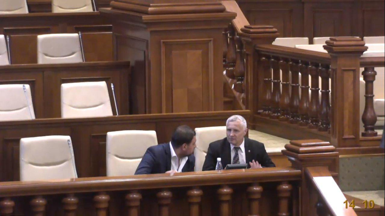 Признание новой власти? Госсекретарь Минюста в экс-правительстве Филипа прибыл на заседание парламента