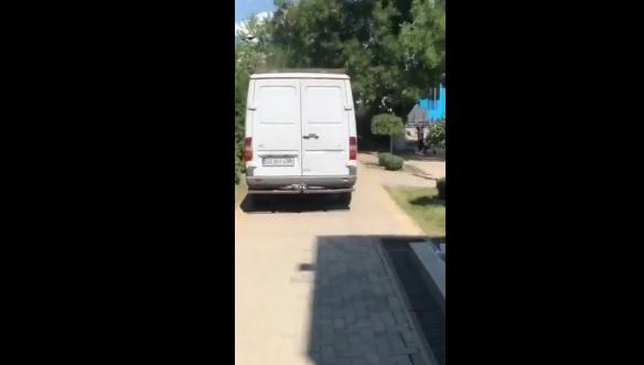 В Комрате смелый водитель решил «срезать» путь через парк (ВИДЕО)