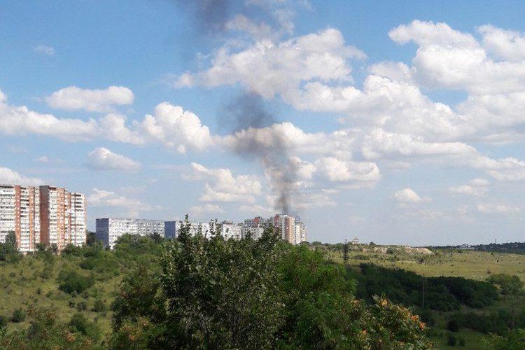 Пожар на Ботанике: горит крыша строящегося здания