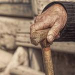 Двух пенсионеров во Флорештах избили и ограбили в собственном доме