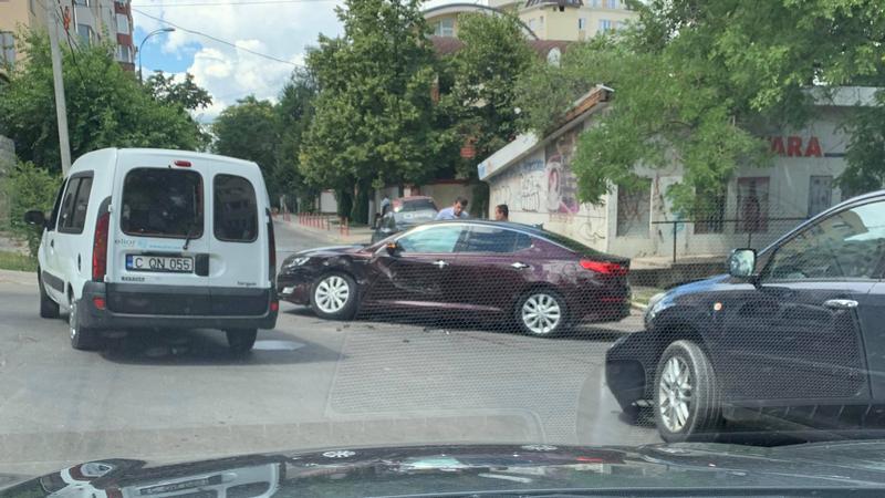СМИ: Автомобиль посольства Чехии попал в аварию в центре столицы