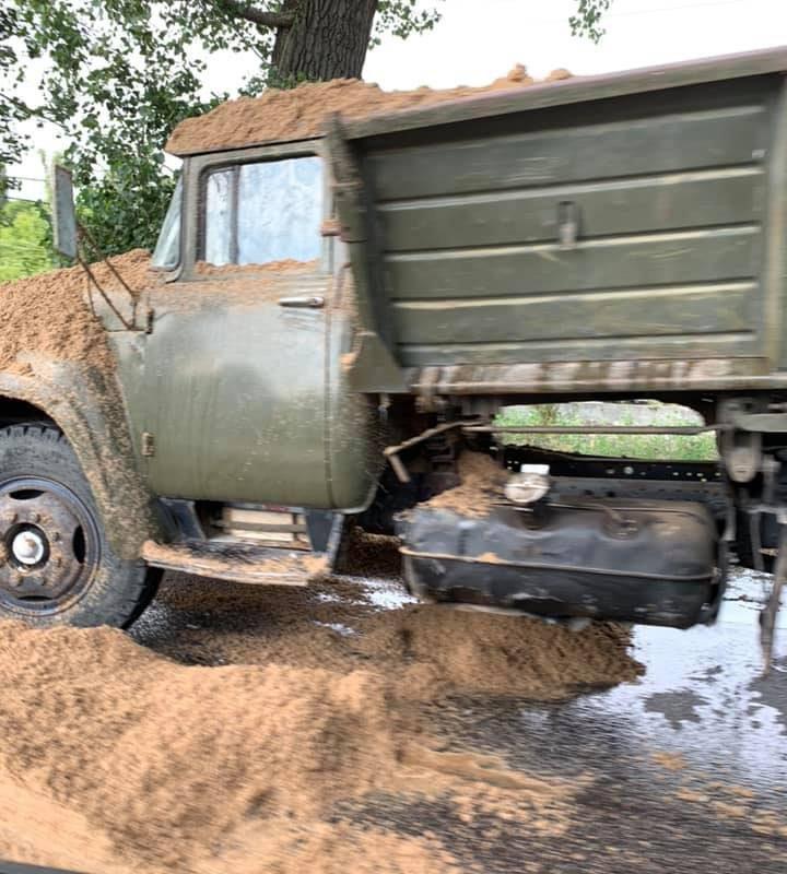 Авария на Мунчештской: грузовик с песком столкнулся с легковушкой (ФОТО)